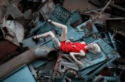 Девушка и металлолом
